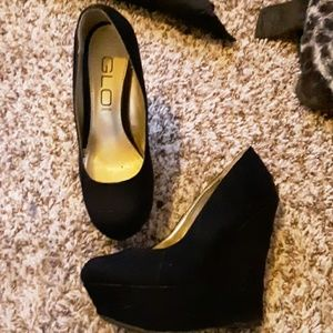 Glo black closed toe wedges size 5